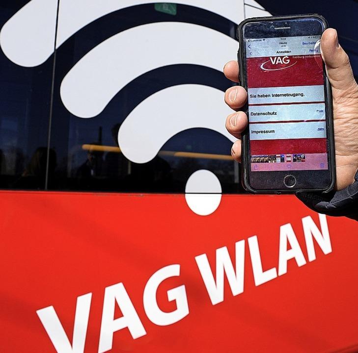 Nicht zu übersehen: Das WLAN-Symbol an...Router an Bord durch Freiburg fahren.   | Foto: thomas Kunz