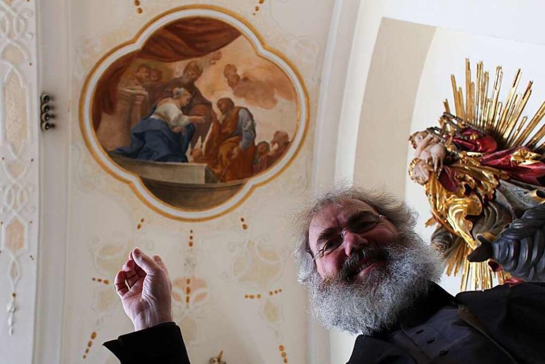Pfarrer Klemens Armbruster bietet in S...seiner Frau Maria einen Ring ansteckt.  | Foto: Erich Krieger