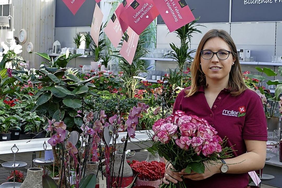 Geschäftsführerin Sarah Bronner-Müller...it einem Blumenstrauß zum Valentinstag  | Foto: Erik Kunz