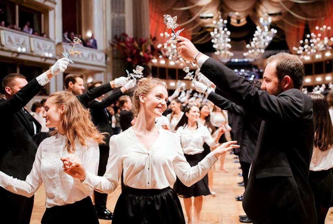 In Wien haben sogar die Reichen und Sc...eine  Generalprobe für den Opernball.   | Foto: DPA