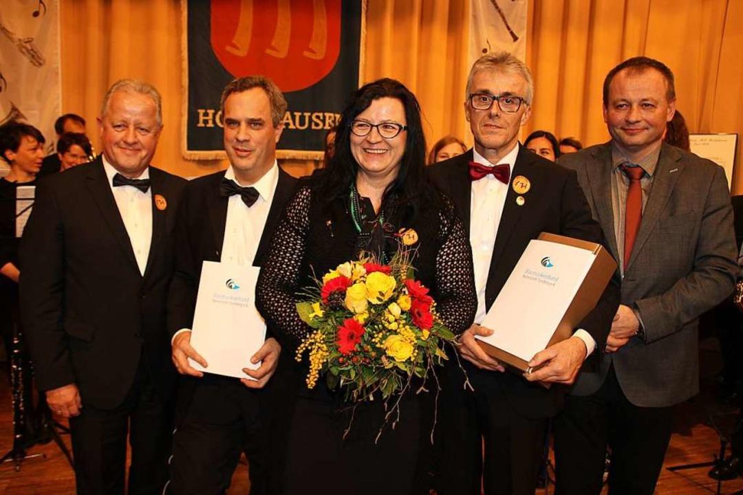 Bei der Ehrung (von links): Moderator ... Blasmusikverband Kaiserstuhl-Tuniberg    Foto: Mario Schöneberg