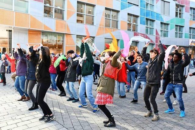 Lörracherinnen machen tanzend auf Gewalt gegen Frauen aufmerksam