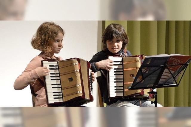 Zuhörer zollen jungen Akkordeonisten verdienten Applaus