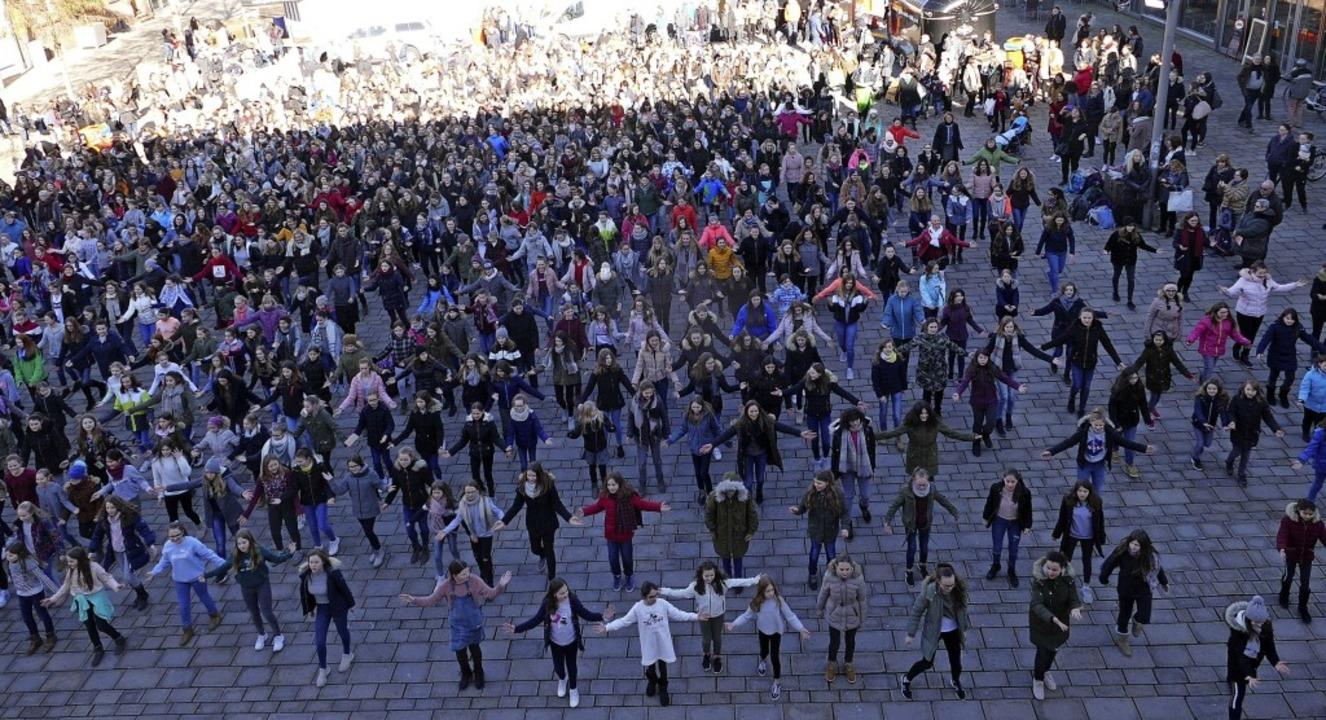 Rund 500 Teilnehmerinnen tanzten am Do...ag zur Mittagszeit auf dem Marktplatz.