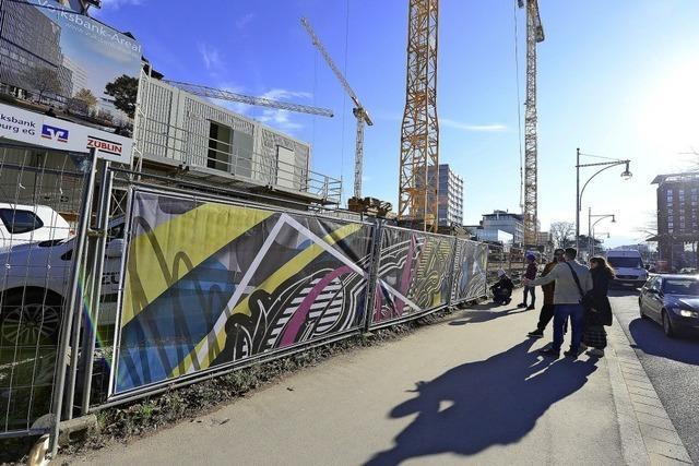 Künstler gestalten Bauzaun an der Volksbank-Baustelle