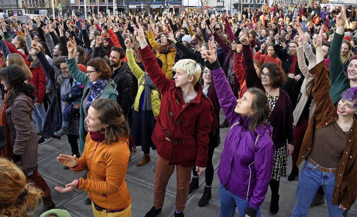 Hunderte Frauen und wenige Männer tanz...rstagabend gegen Gewalt gegen Frauen.   | Foto: Thomas Kunz