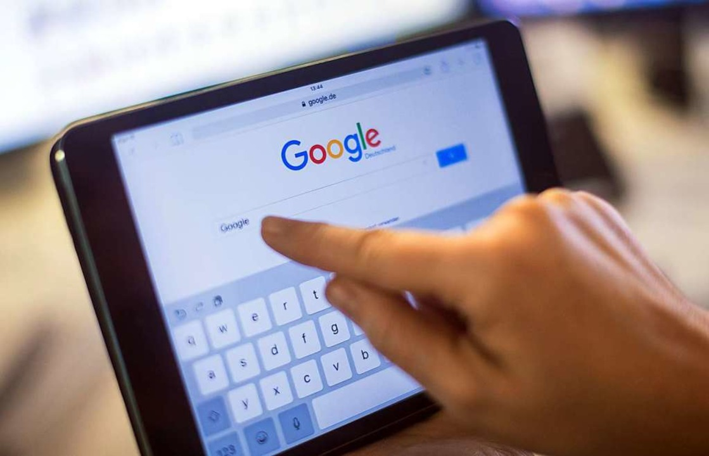 Google wird künftig Lizenzgebühren für journalistische Inhalte zahlen müssen.  | Foto: dpa