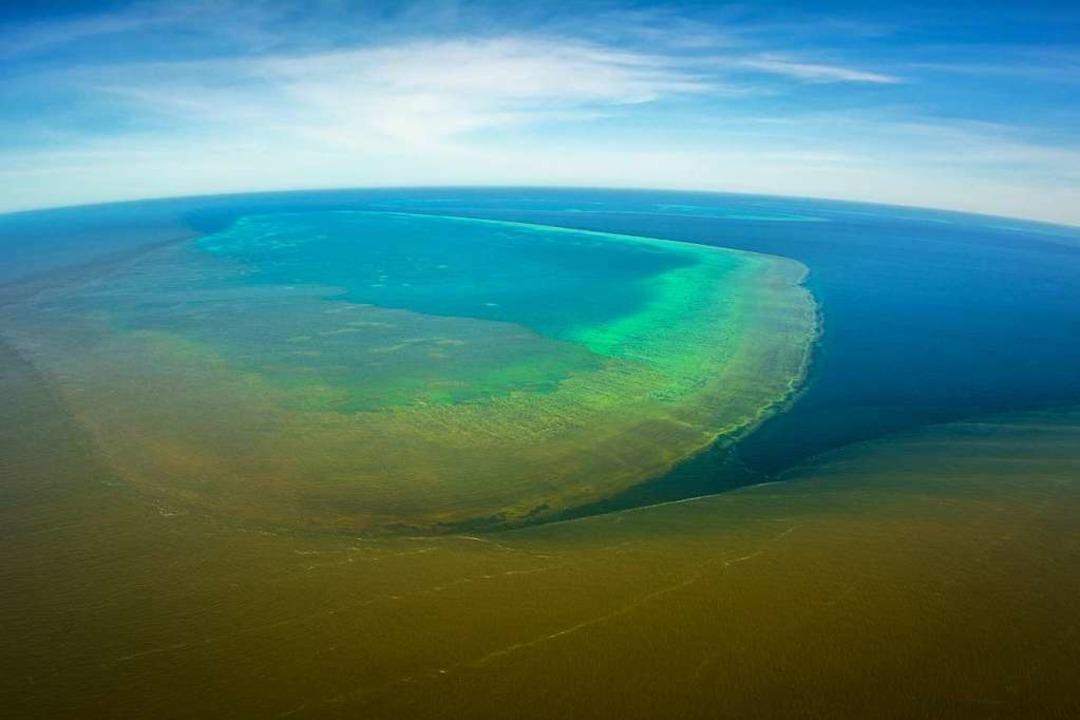 Luftbilder zeigen die braune Brühe.  | Foto: AFP