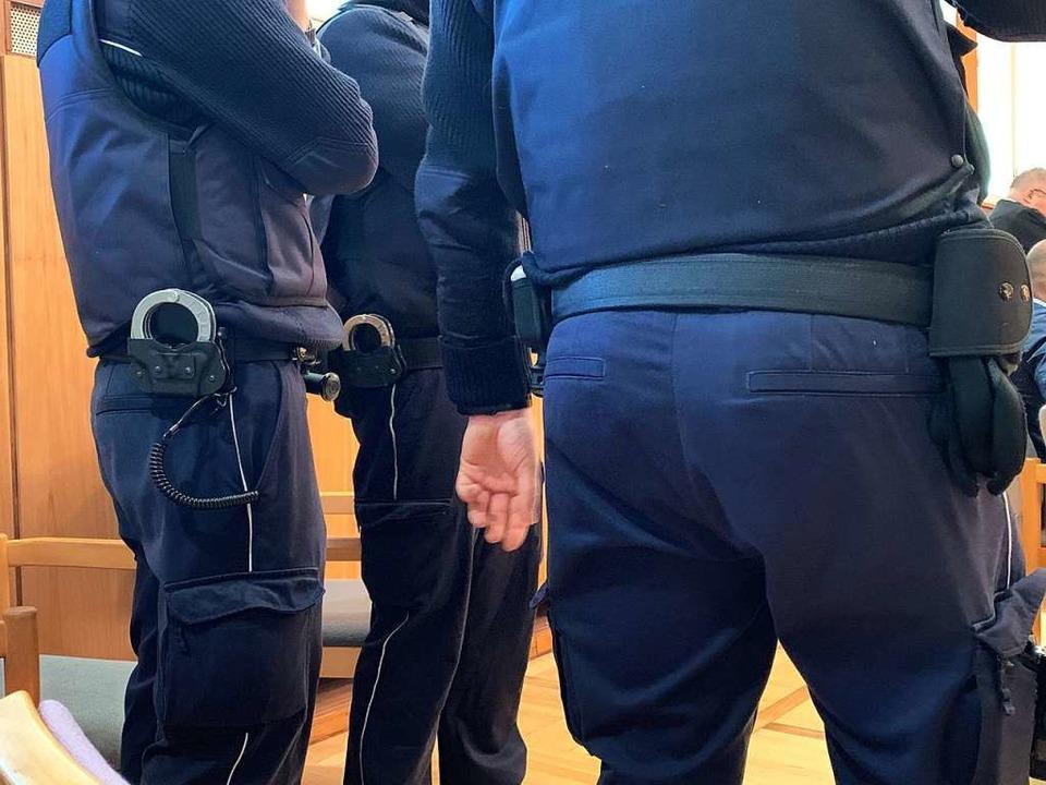 Zahlreiche Justizbeamte sorgen rund um...ger Arztes Joachim T. für Sicherheit.   | Foto: Helmut Seller