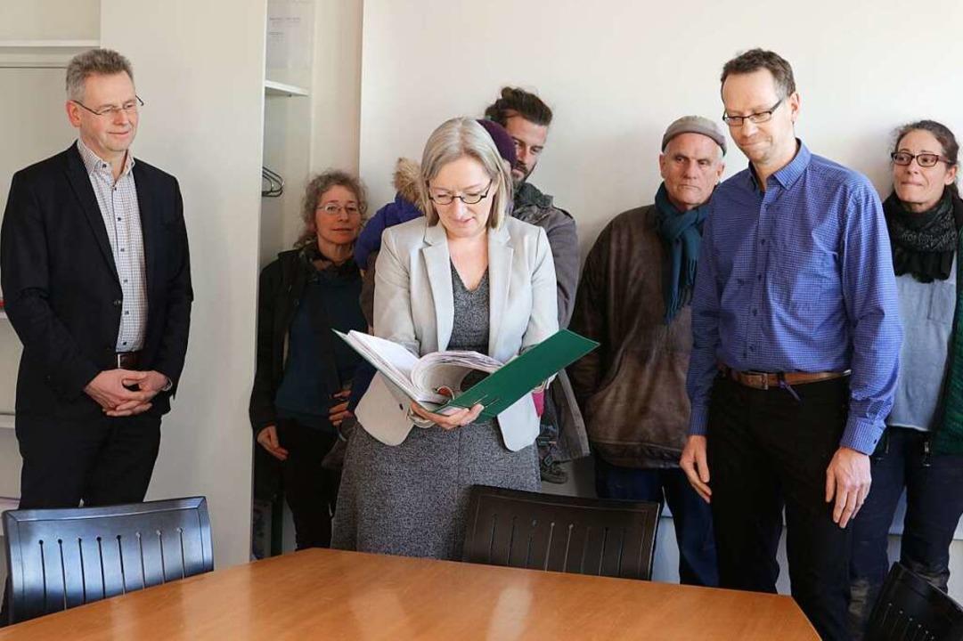 Bürgermeisterin Astrid Siemes-Knoblich...eichten Unterschriften in Augenschein.  | Foto: Alexander Huber