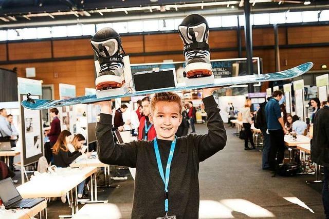 Ein Elektromagnet verbindet Schuh und Snowboard