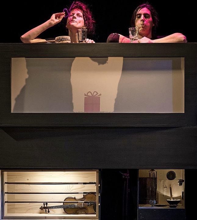 Teresa Grebtschenko (l.) und   Marie S... mit Seifenwasser und Strohhalm Musik.  | Foto: Marc Doradzillo