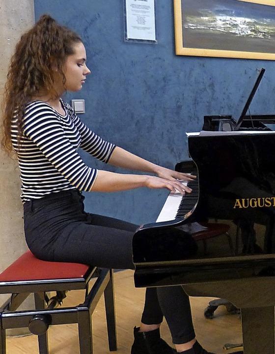 Die Ihringer Pianistin Theresa Flösch ...boten die  Lilientaler Alphornbläser.     Foto: Susanne Bremer