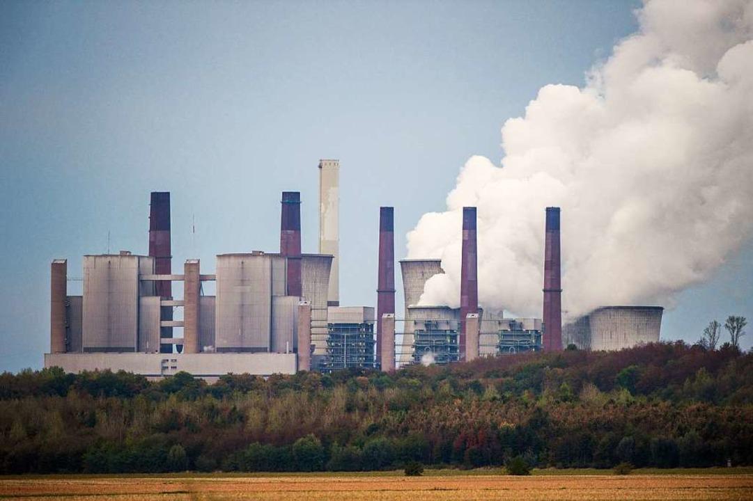 Aus den Kühltürmen des Braunkohlekraft...ein-Westfalen steigt Wasserdampf auf.     Foto: dpa