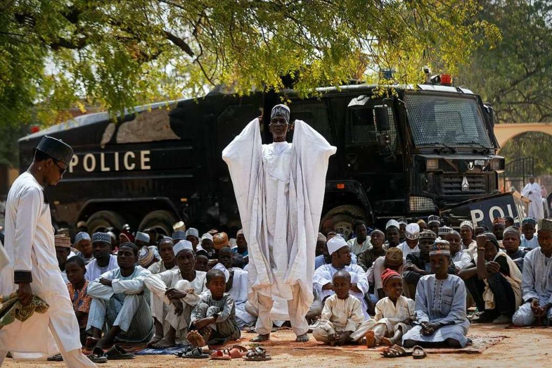 Muslime beten beim Freitagsgebet, gesc...am verübt dort immer wieder Anschläge.  | Foto: dpa