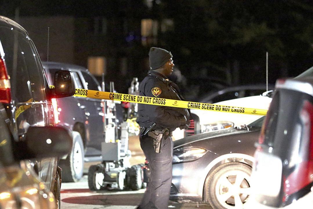 Die Behörden durchsuchten einen Apartm...mutmaßliche Schütze von Aurora wohnte.  | Foto: dpa