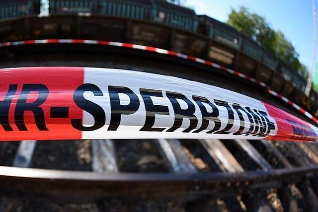 Jugendlicher wird bei Wiwili-Brücke von Zug erfasst – Angehörige trauern bei den Gleisen