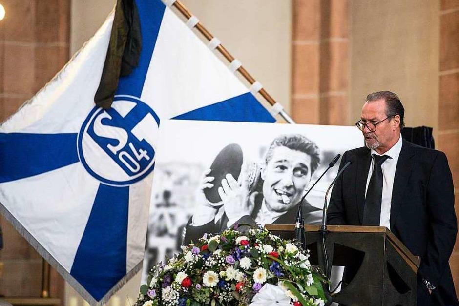 Assauers langjähriger Weggefährte  Huub Stevens spricht bei der Gedenkfeier. (Foto: dpa)