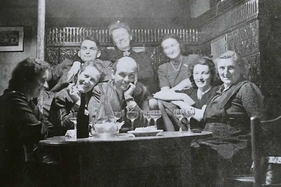Dieses Foto zeigt eine gesellige Runde in der Gaststube aus den 50er Jahren.  | Foto: Michael Fautz