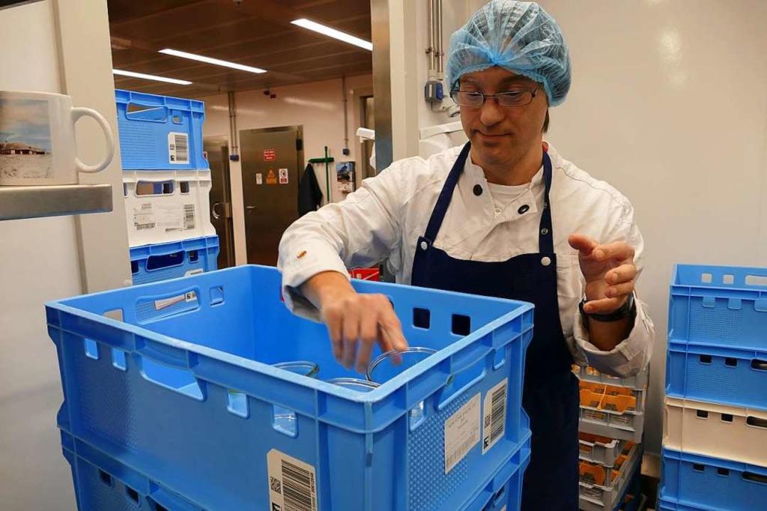 … ist Adrian Zettl dafür verantw...ch, das saubere Geschirr zu verräumen.  | Foto: Tamara Keller