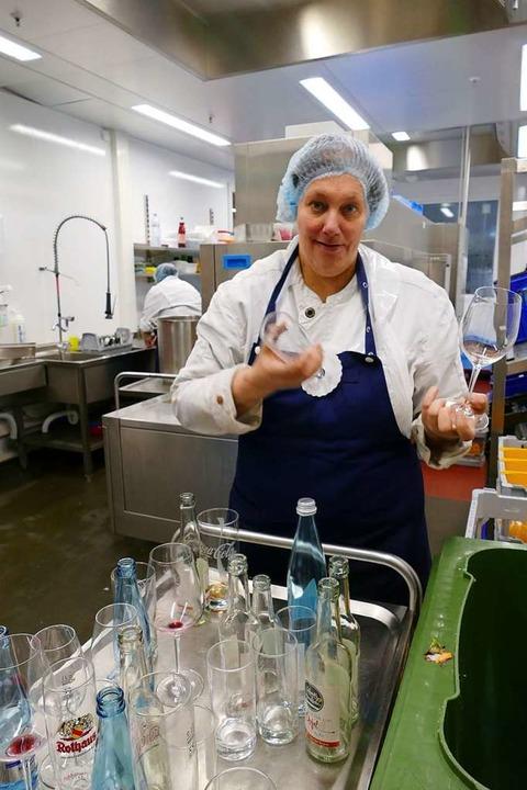 Während Michaela Marten dafür sorgt, d... Geschirr in die Spülmaschine kommt...  | Foto: Tamara Keller