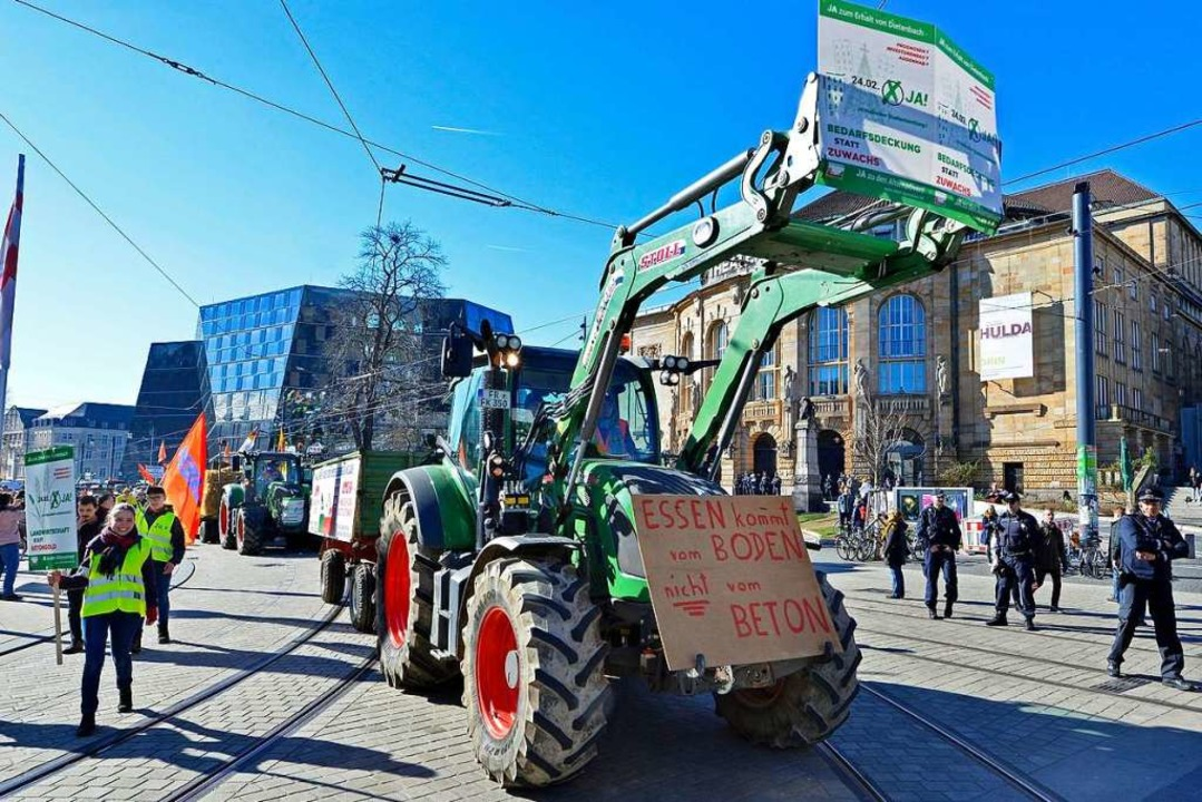 Landwirte aus der Region demonstrieren im Freiburger Stadtzentrum.  | Foto: Michael Bamberger