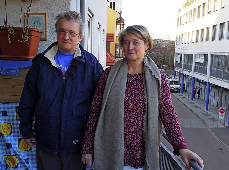 Regina Jablowski (links) lebt seit 15 ...echts Sozialarbeiterin Sandra Modrok.   | Foto:  Burkhardt