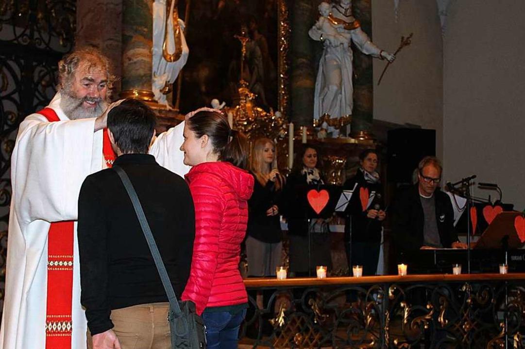 Höhepunkt des Valentinsgottesdienstes:...aare durch Pfarrer Klemens Armbruster   | Foto: Erich Krieger