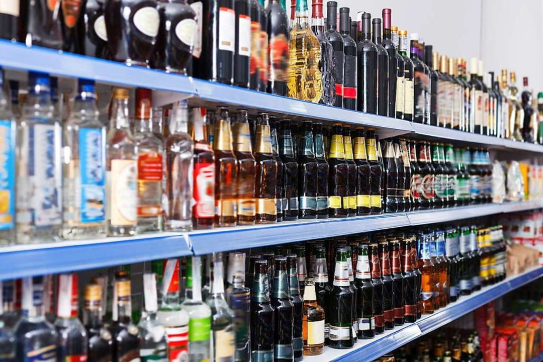 Zwei Ladendiebe wollten Wodka in einem...mbolfoto) in Titisee-Neustadt stehlen.  | Foto: Iakov Filimonov (stock.adobe.com=