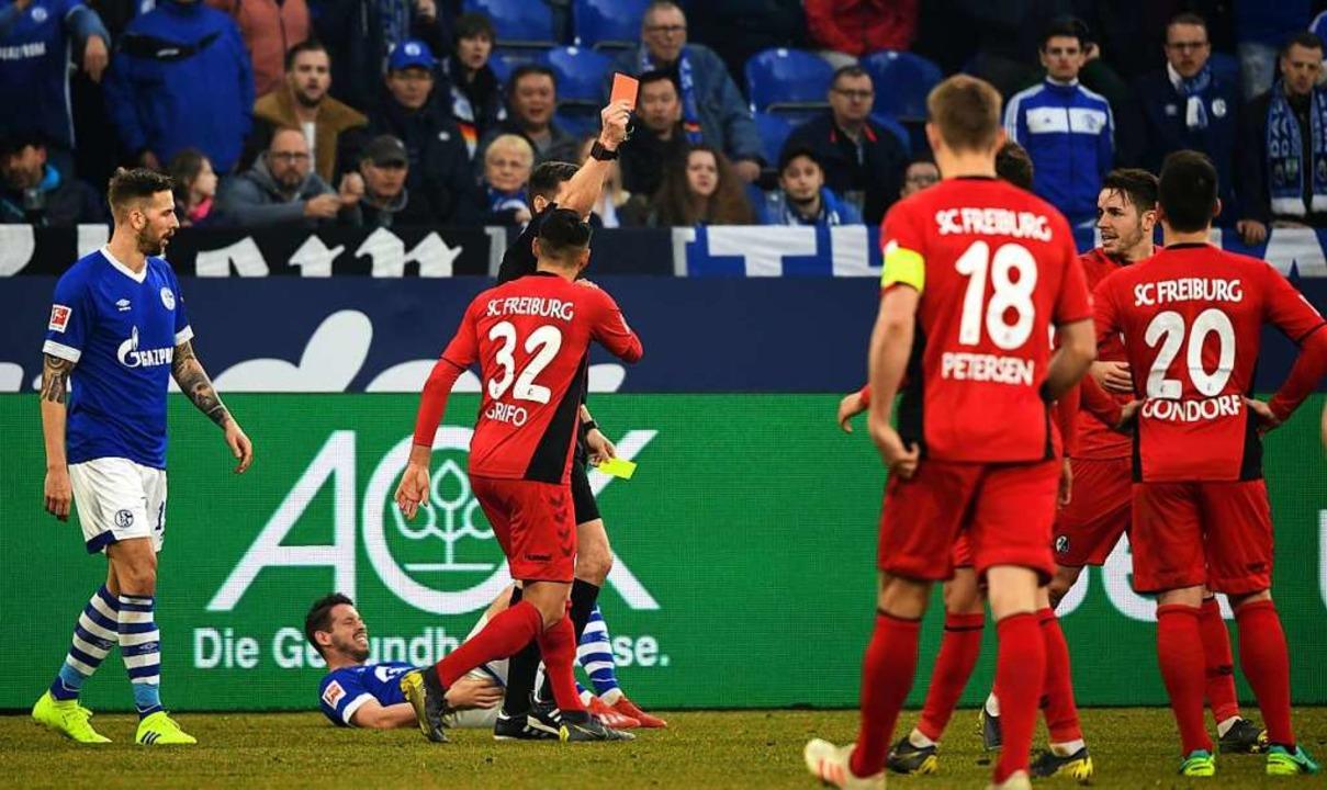 Schiedsrichter Willenborg zeigt Christian Günther Freiburg die Gelb-Rote Karte.  | Foto: dpa