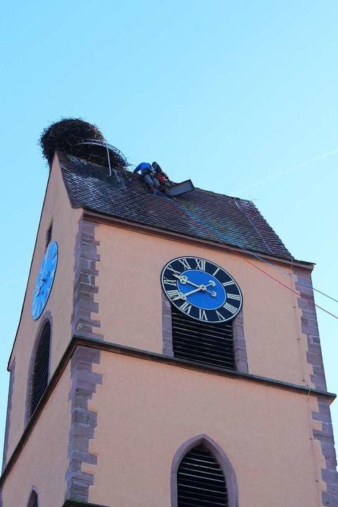 Die Spezialisten achteten darauf, dass...er Uhr an der Giebelseite beschädigte.  | Foto: Victoria Langelott