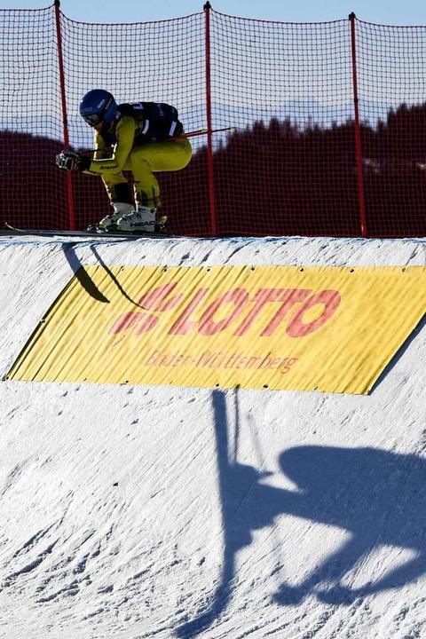 Der Schatten eines Athleten ist beim Sprung im Schnee zu sehen.  | Foto: dpa