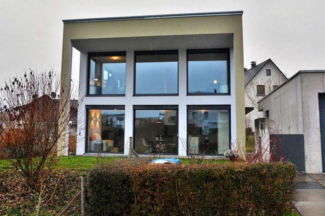 Eine Fensterfront über zwei Etagen sor...typische Fülle an Licht und Offenheit.  | Foto: Barbara Ruda