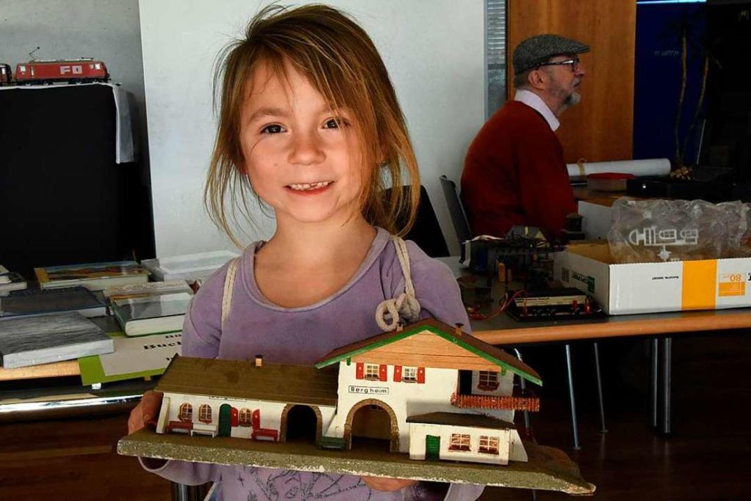 Stella freut sich - mit dem kleinen Bahnhof hat sie ein Schnäppchen gemacht    Foto: Markus Zimmermann