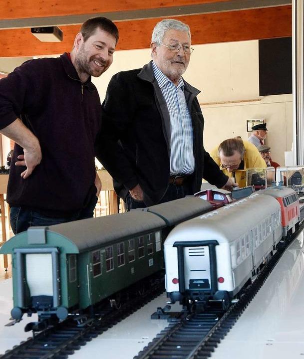 Reiner Uehlin (rechts) liebt die große...eigt beim Sammeln lokale Verbundenheit    Foto: Markus Zimmermann
