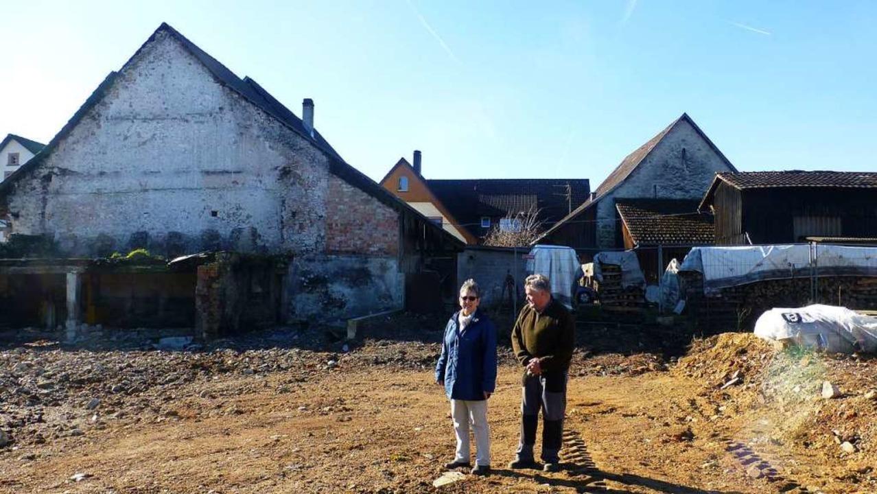 Siegfried und Sonja Kuder auf dem leer...Brand   Scheune  und Stallungen waren.  | Foto: Vera Winter