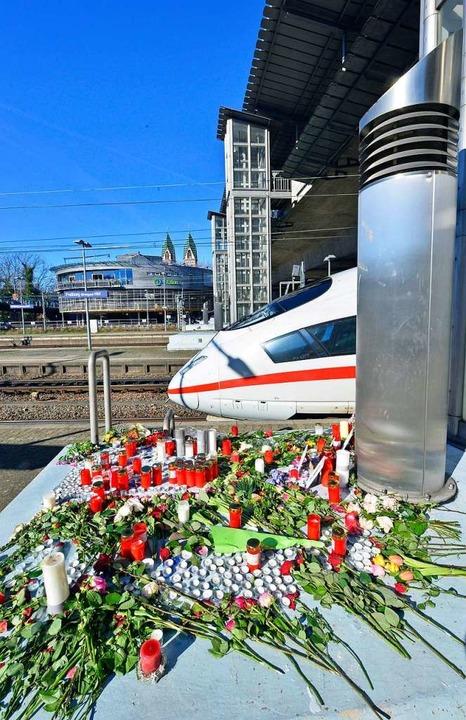 Freunde und Angehörige haben im Gedenk... Freiburger Hauptbahnhof niedergelegt.  | Foto: Michael Bamberger