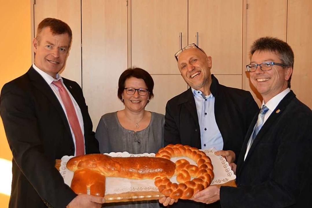 Bürgermeister Oliver Rein (links), Arc...lischen Schlüssel für den neuen Anbau.  | Foto: Hans-Jochen Voigt