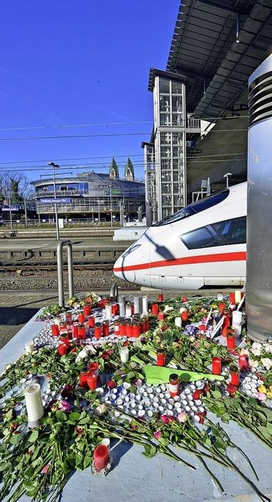 Blumen und Kerzen erinnern an den Getöteten.   | Foto: Michael Bamberger