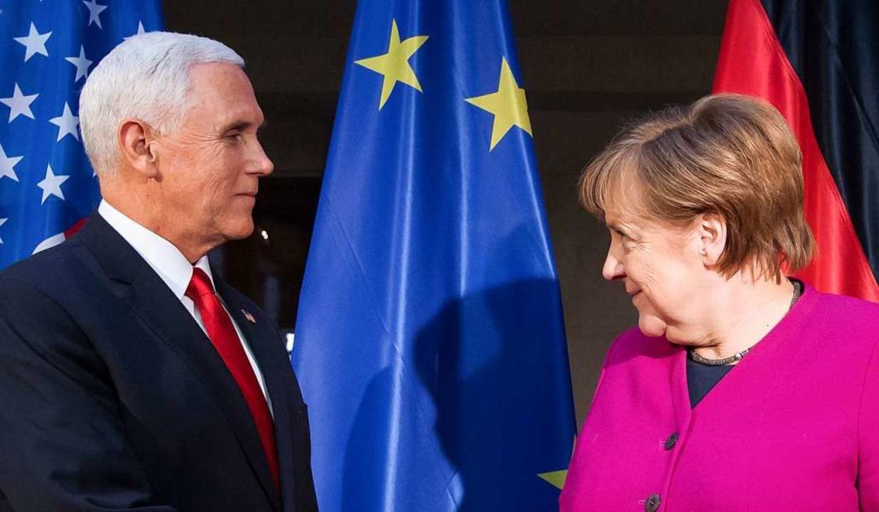 Bundeskanzlerin Angela Merkel (CDU) un...tskonferenz zu Beginn eines Gesprächs.  | Foto: dpa