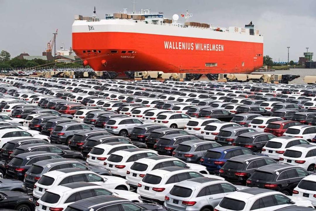 In Deutschland produzierte Autos warten auf die Verschiffung.  | Foto: dpa