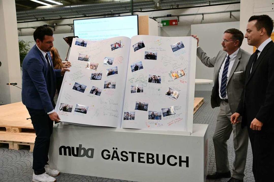 Beim Schlussakt: Muba-Direktor Daniel ...Patrick Moser vom Historischen Museum.  | Foto: Annette Mahro