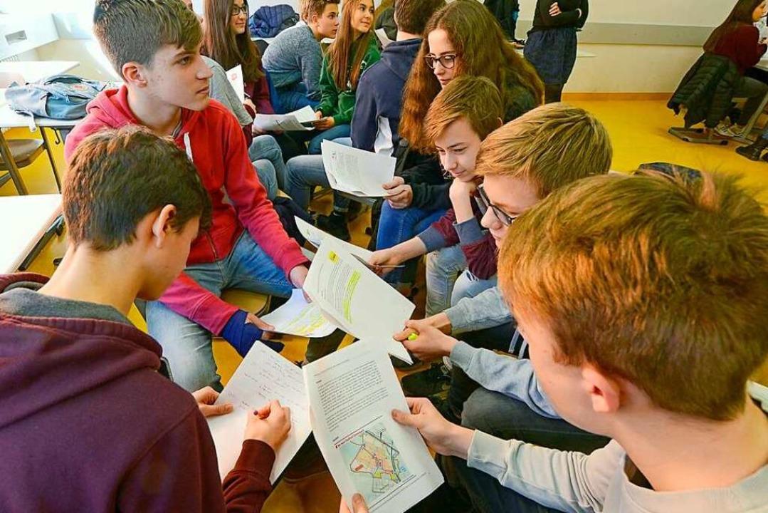 Erstmal das Info-Material durchackern: Beim Vorbereiten am Wentzinger-Gymnasium.  | Foto: Ingo Schneider