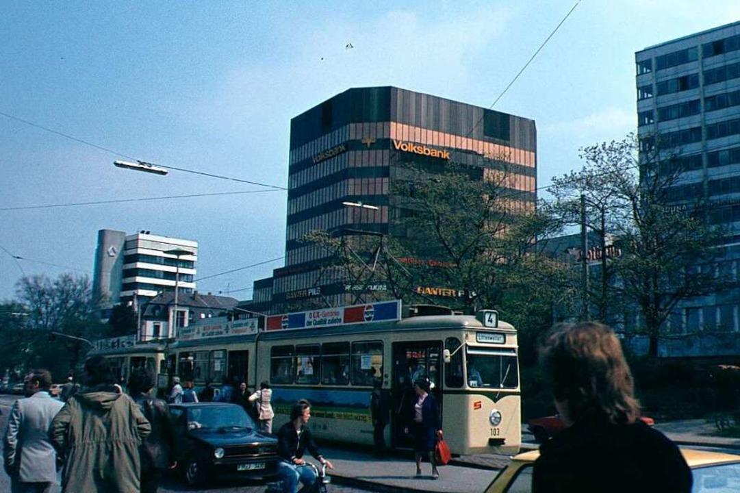 Die Bismarckallee sah 1978, als das Fo...abgerissenen – Volksbankgebäude.  | Foto: Angelika Heyn