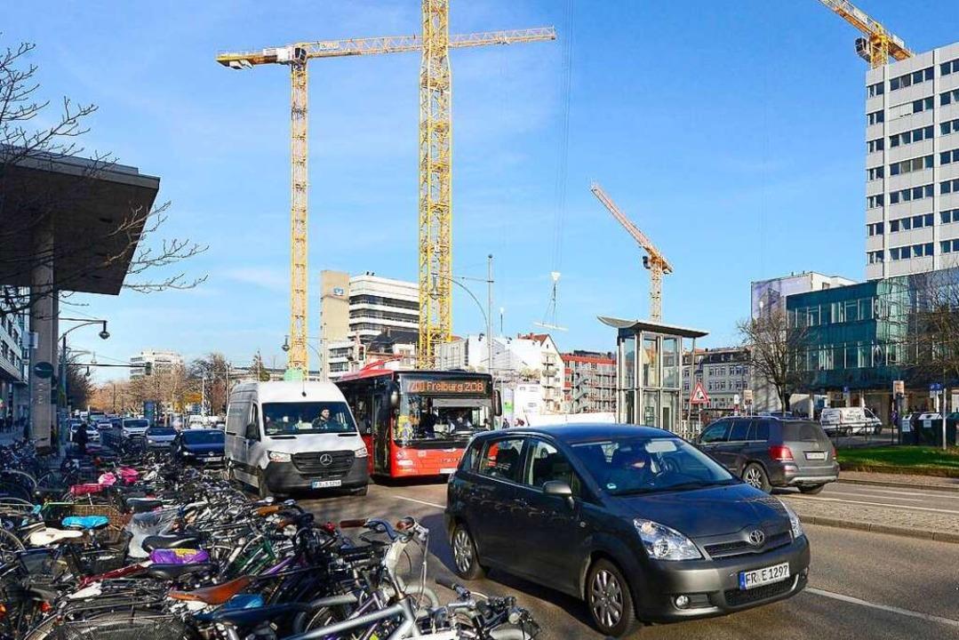 Anstelle der Volksbank gibt es derzeit...se (links das Bahnhofsvordach) Busse.   | Foto: Ingo Schneider