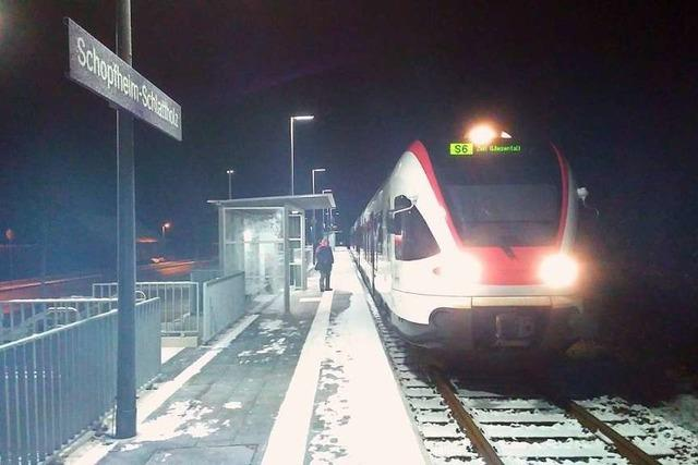 S-Bahn schleift leeren Kinderwagen in Schopfheim mit