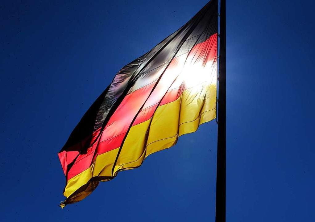 Die schwarz-rot-goldene Flagge der Bundesrepublik Deutschland.  | Foto: dpa