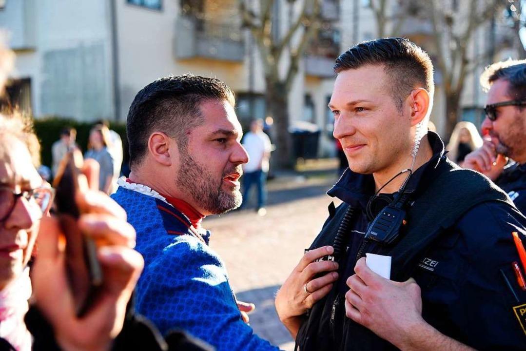 Stefan Link, Vorsitzender der Dorfhexe...ks) unterhält sich mit Gregor Jungblut  | Foto: Jonas Hirt