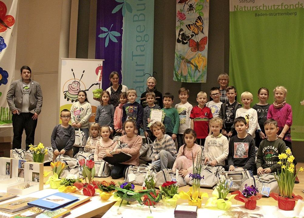 Die Schüler*innen der Grundschule Koll...sitzende Dahlbender vergibt die Preise  | Foto: Privat