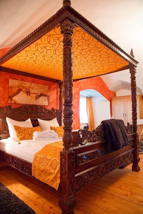 Übernachten mit Mittelalter-Ambiente: ...tzten Himmelbett auf Schloss Waldburg.  | Foto: dpa-tmn